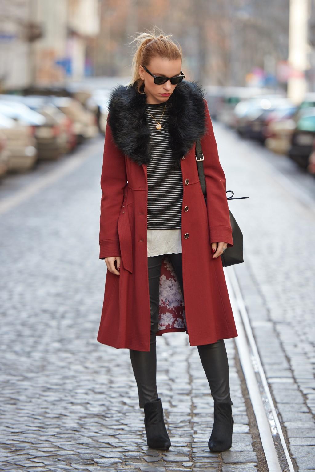 Burgundowy płaszcz